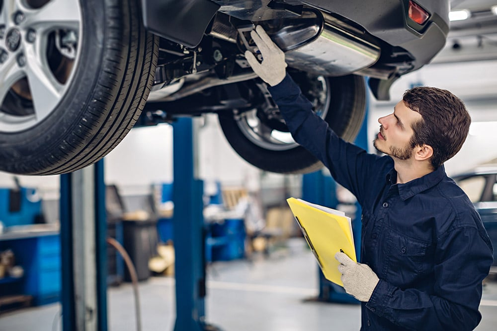 Mechanic examining car | Land Rover Discovery specialist Stirlingshire
